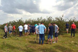 Obstbauers in einem Saurkirschengarten